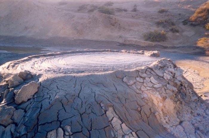 Так выглядит грязевой вулкан.