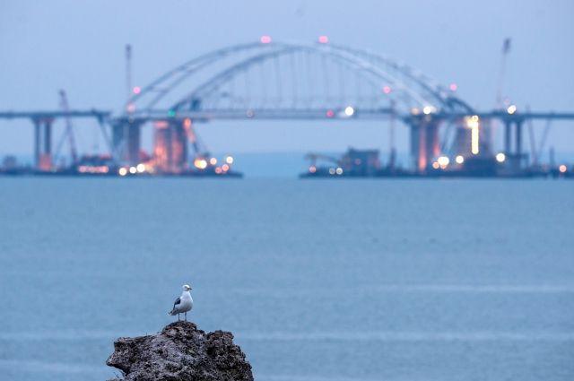 На последних морских участках Крымского моста начата укладка асфальта