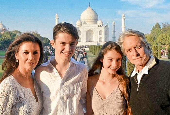 Актриса с мужем и детьми во время путешествия в Индию, 2017 | Фото: 7days.ru