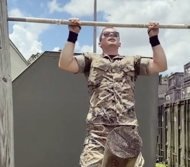 Спецназовец показал упражнения на турнике: их может повторить лишь один из 100 человек Культура