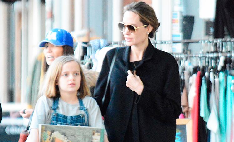 В черном с головы до пят: Анджелина Джоли замечена на прогулке с дочерью
