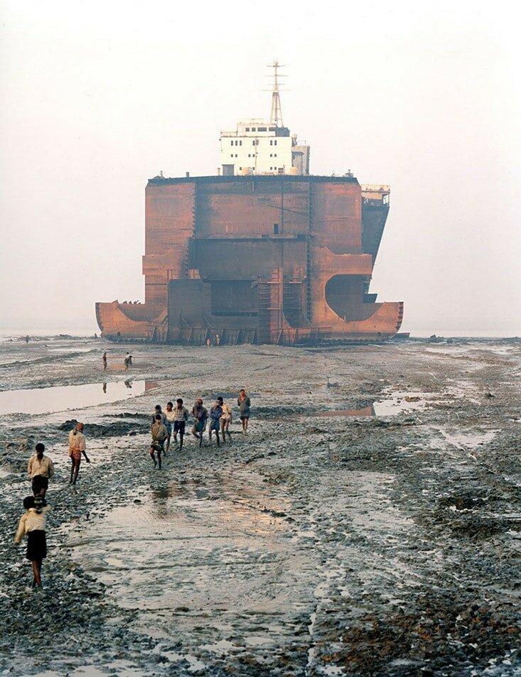 На Аланге можно накупить оборудования полностью на новый пароход, и очень часто там встречаются редкие, дорогие вещи, иногда и просто произведения искусства. Аланг, деньги, интересное, корабли, распил, суда, факты, флот