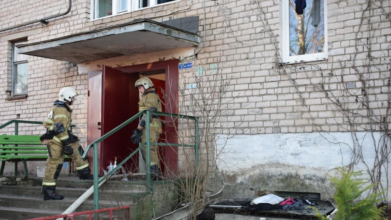 Спасатели эвакуировали 18 человек из горящего жилого дома в Ростове Происшествия