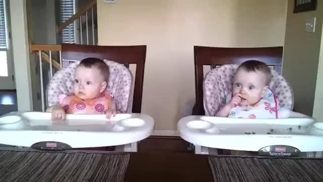 Папа заиграл на гитаре. Реакция этих близняшек сделала их настоящими звездочками Сети!