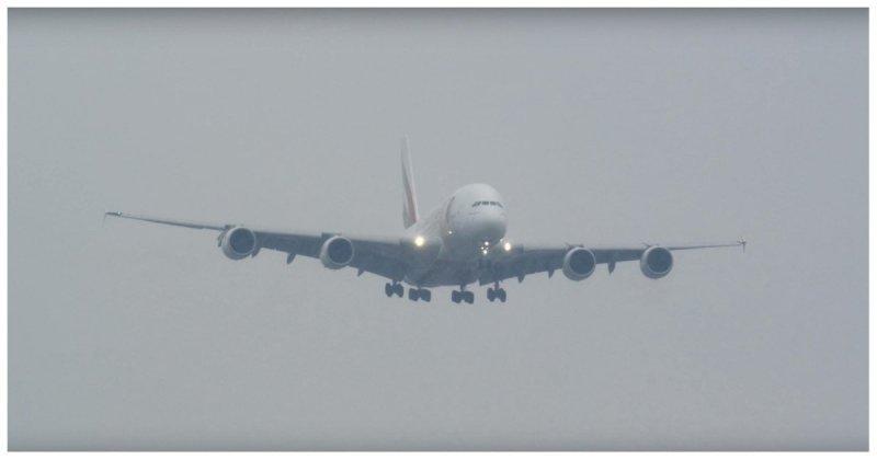 Посадка двух крупнейших в мире пассажирских самолетов в условиях шторма Airbus А380-800, ynews, авиация, видео, интересное, самолет, шторм