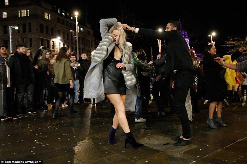 Хорошо погуляли: Новый год на улицах Великобритании великобритания, новый год, погуляли, тусовщики, фоторепортаж, хогманей, шотландия