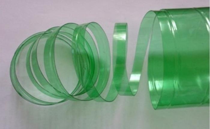 Увидела, как подруга режет пластиковые бутылки. Оказывается, из них можно сделать красивые и практичные вещи