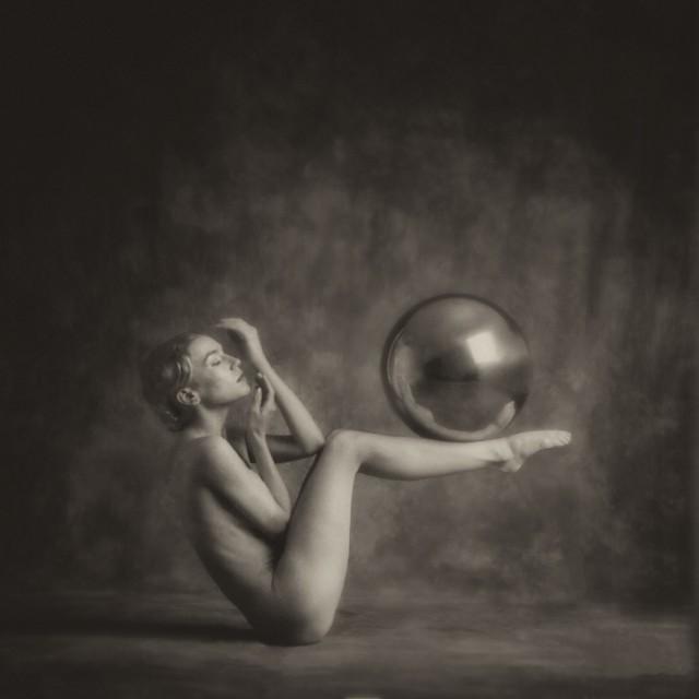 Обнажённая с мячом. Авторы Тревор и Фэй Йербери