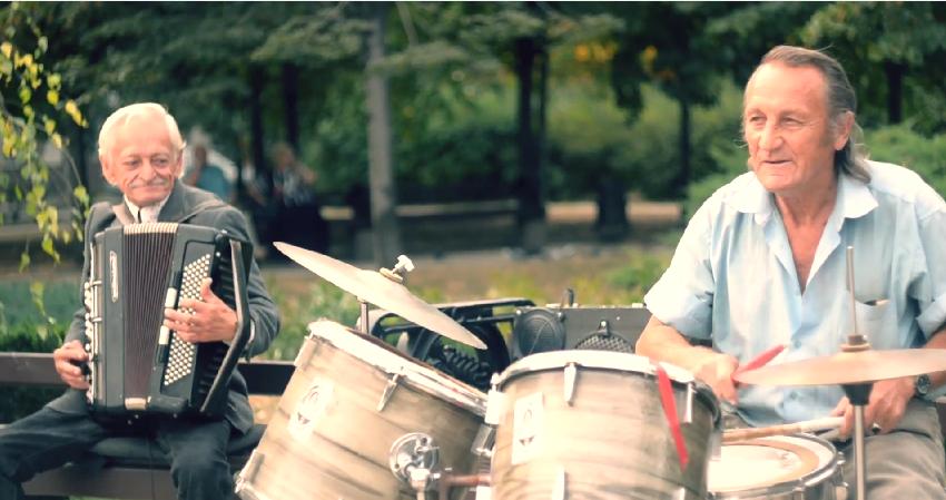 Супер! Два пенсионера, несмотря на войну, каждые выходные дают концерты в Донецке (ВИДЕО)