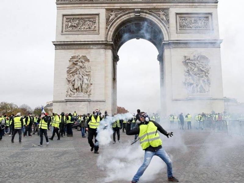 В Париже началась битва протестующих с полицией (ПРЯМАЯ ТРАНСЛЯЦИЯ)