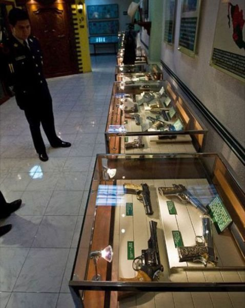 Полицейский захват особняка мексиканского наркобарона (23 фото)