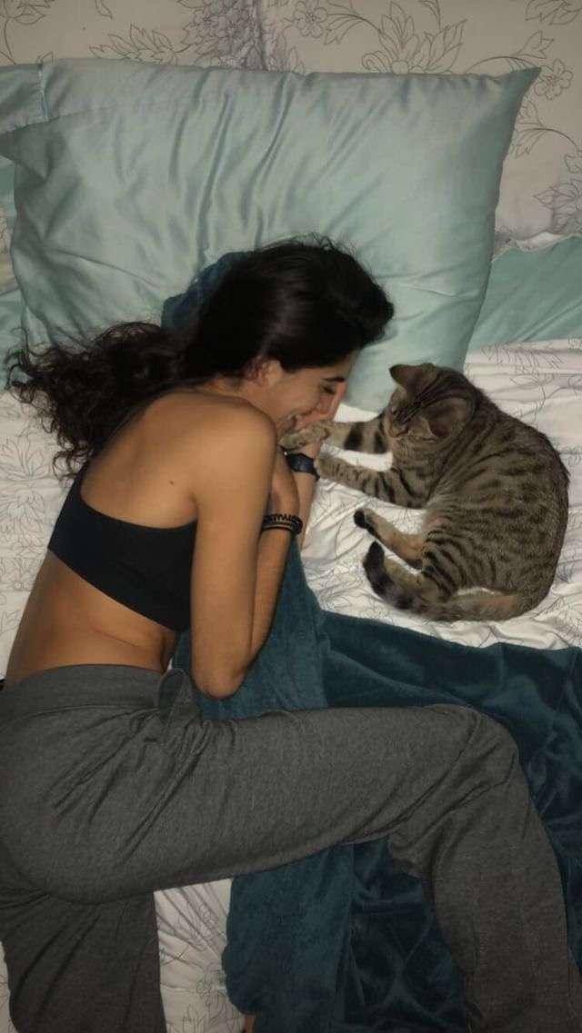девушка и кот на кровати