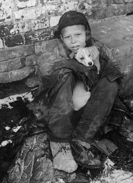 7. Беспризорный мальчик с собакой. Самара, 1930. СССР, беспризорники, интересное, история, фотографии