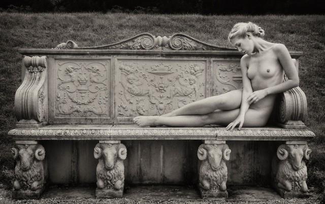 Девушка на каменной лавке. Авторы Тревор и Фэй Йербери