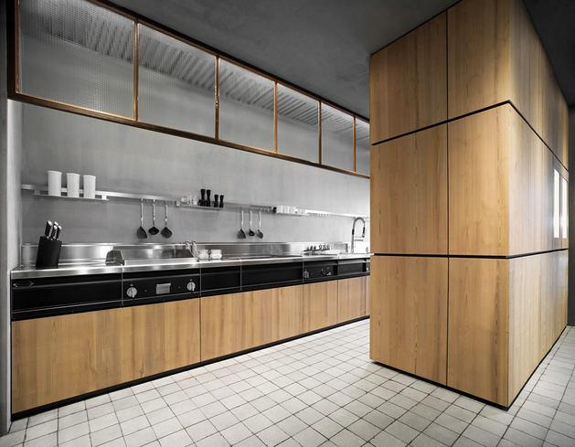 Кухня в цветах: черный, серый, светло-серый, коричневый, бежевый. Кухня в стиле лофт.