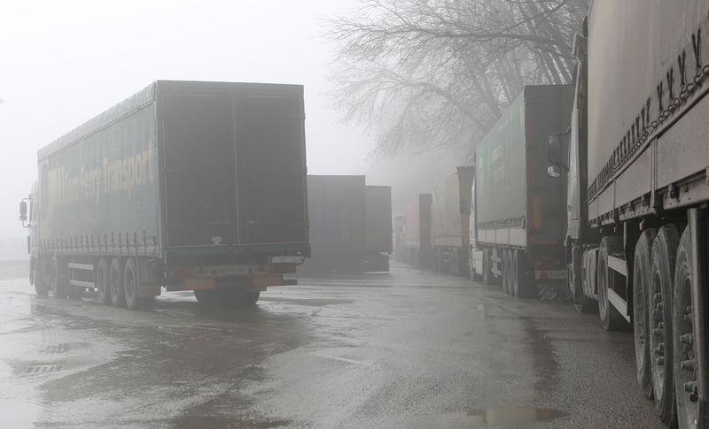 Дальнобойщики начали разрушать региональные дороги. Все из-за системы «Платон»