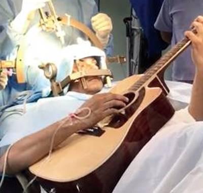 32-летний мужчина умудрился играть на гитаре во время операции на мозг