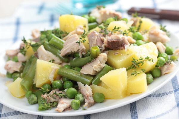 Салат с вареной картошкой, фасолью, горошком и консервированным тунцом