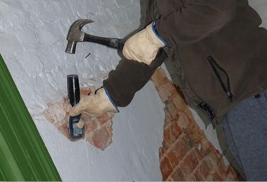 Как легко отбить старый слой штукатурки перед ремонтом