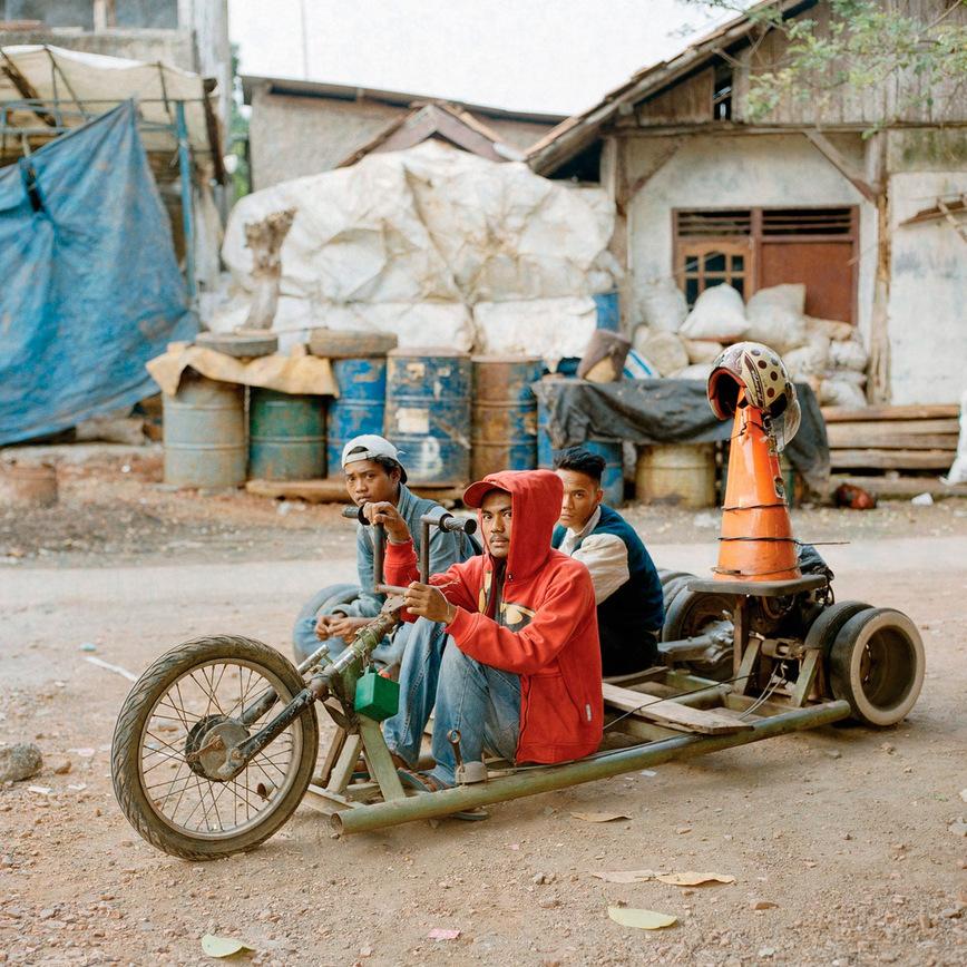 Из старых деревьев и топливных бочек: совершенно безумные скутеры Vespa из Индонезии Vespa, Индонезии, Extreme, которые, скутеры, тысяч, чтобы, маленького, фотографии, несколько, острова, Суматра, таких, время, байкеры, также, города, байкер, сообщество, множество