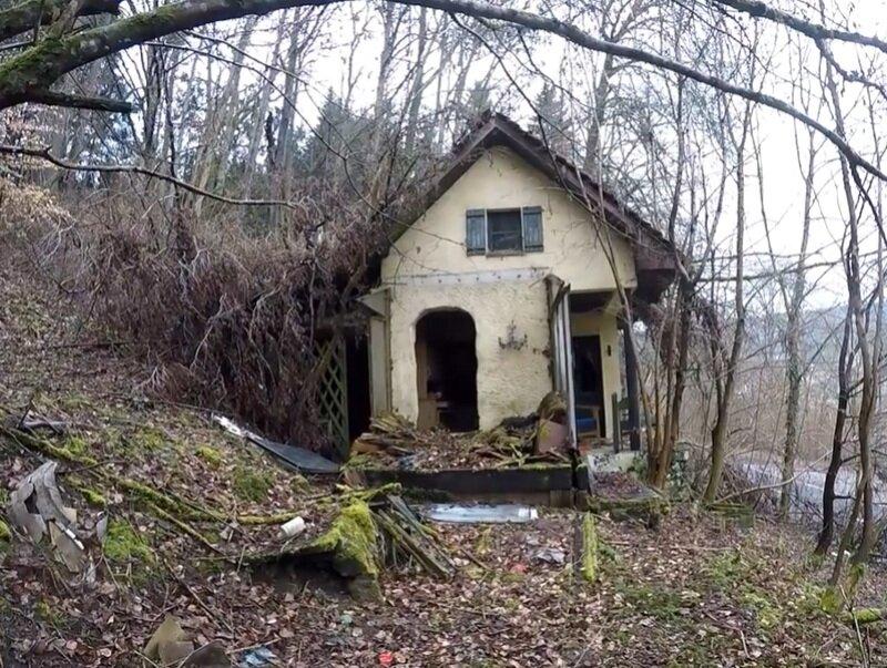 Тайна одинокого скупердяя. Мужчина нашел в старой лачуге потайную дверь, открыв которую, обнаружил целое состояние