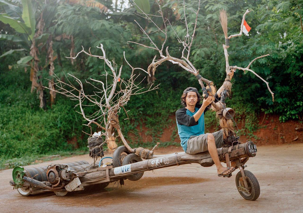 Из старых деревьев и топливных бочек: совершенно безумные скутеры Vespa из Индонезии