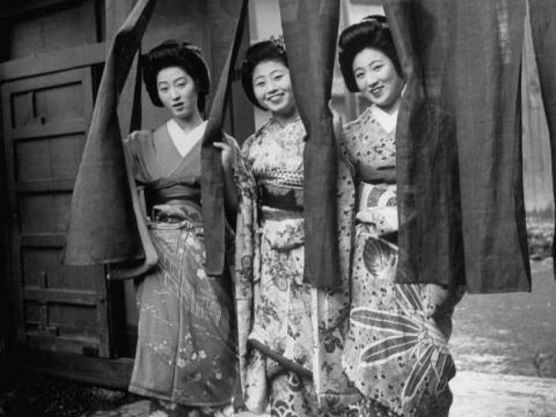 history of geishas Geishas' charm reside in their classic beauty—a way of moving, a way of dressing, an easy banter attuned to the aesthetics of traditional japan the population of geishas has declined from some eighty thousand in the 1920s, when they were at the height of popularity and demand, to about six thousand today.