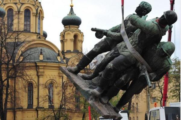 В Польше сносят памятники со…