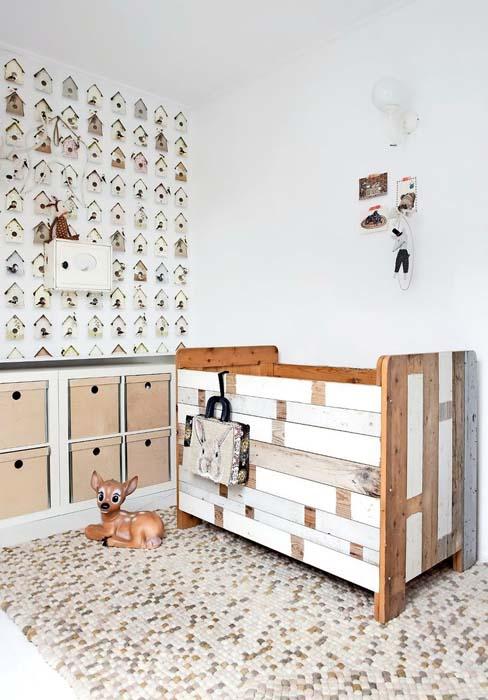 Деревянная кроватка для детской комнаты.