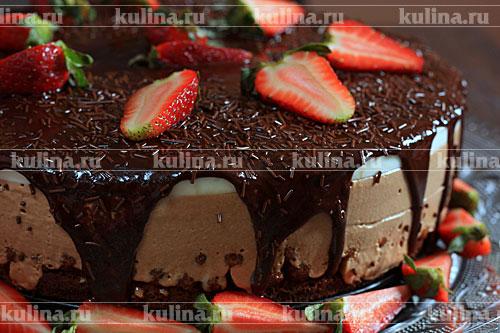 Форму обдуть феном, кольцо расстегнуть, переложить осторожно торт на блюдо. Залить торт шоколадным кремом - лить в самый центр. Украсить свежей клубникой или любыми другими ягодами, шоколадной крошкой. Вернуть торт в холодильник на 30 минут, чтобы застыл крем.