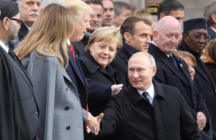 Встреча лидеров в Париже: театральность Макрона, дружелюбие Путина и скандальная выходка Трампа