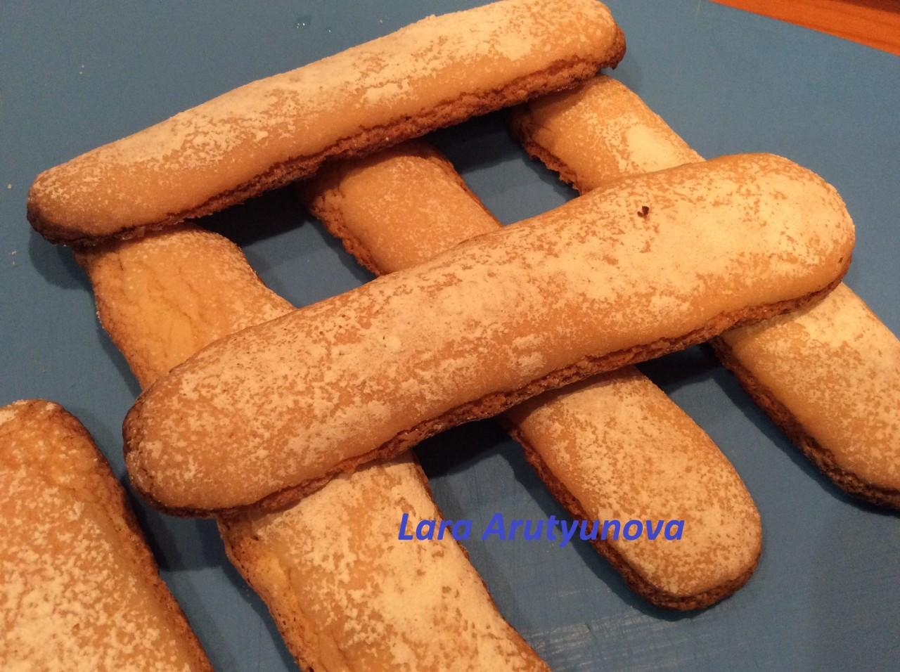 Печенье Савоярди домашнего приготовления.