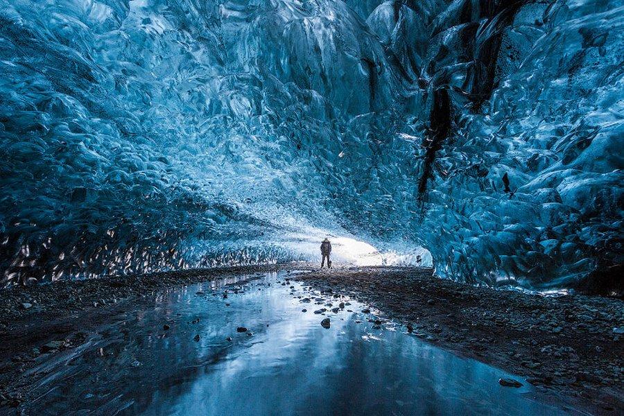 Невероятная ледяная пещера в Исландии