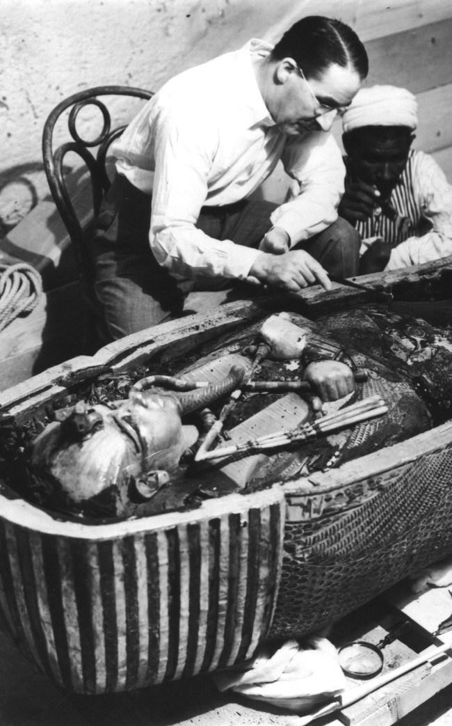 Говард Картер – английский археолог, исследует открытый саркофаг Тутанхамона