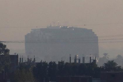 Гигантский контейнеровоз вновь встал поперек Суэцкого канала Мир