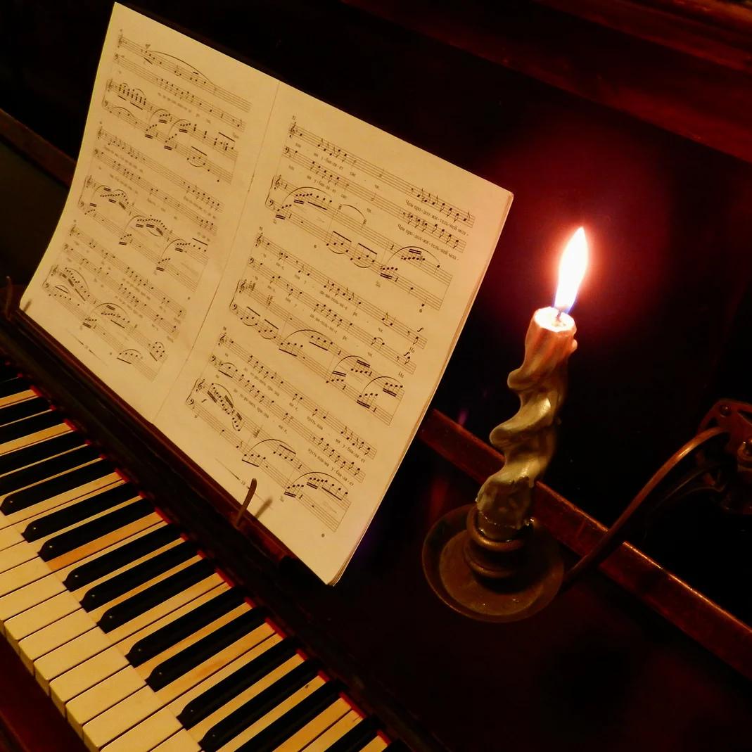 Сгорая плачут Свечи.... плачут, зажигаем, чемто, вдруг, близком, вуальИ, клавишей, рояльСнимаем, садимся, иногда, свечиСгорая, родномСгорая, свечиИ, неземномО, дальнем, беспробудный, меняСгорая, свечиИ, позабыть, огняИ