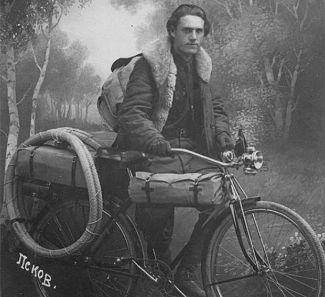 Техника у Глеба была адекватна времени — обычный дорожный велосипед. Фото: псковский музей-заповедник