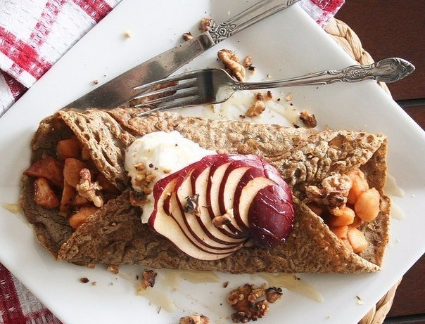 Диетический рецепт гречишных блинчиков с яблоками и творогом