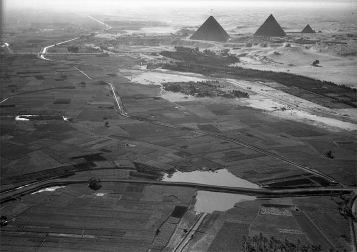 Каир, Египет. Вид на пирамиды и границу возделанной долины Нила. 1938 год.