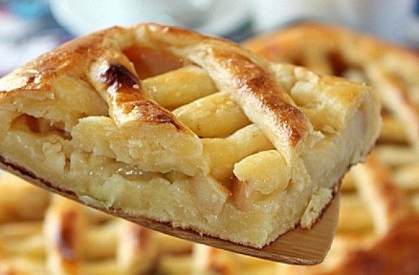 Творожный пирог с яблоками и корицей.