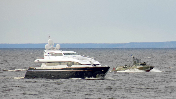 Навальный назвал военный эскорт для яхты «подруги» Путина «унижением» российского флота Политика