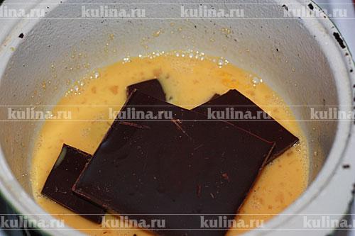 Замочить желатин в воде на 40 минут или как указано на упаковке. Желтки отделить от белков. В сотейник добавить желтки, а белки убрать в миске в холодильник на 10 минут. В сотейник добавить к желткам шоколад и 100 мл. сливок. На тихом огне немного прогреть, помешивая.