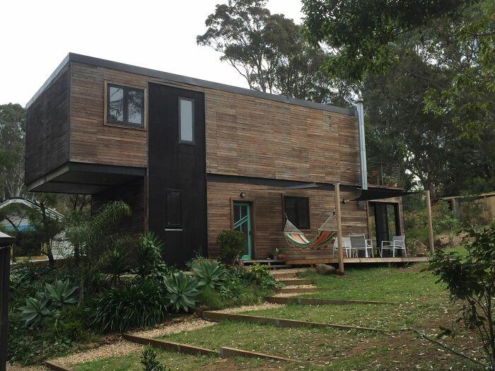 Австралиец собственноручно превратил 4 грузовых контейнера в современный дом контейнеров, Джейк, можно, контейнеры, сделать, этаже, контейнерного, отдыха, решил, руками, первом, стоит, создать, уровне, человек, молодой, втором, домов, зоной, Ричардс