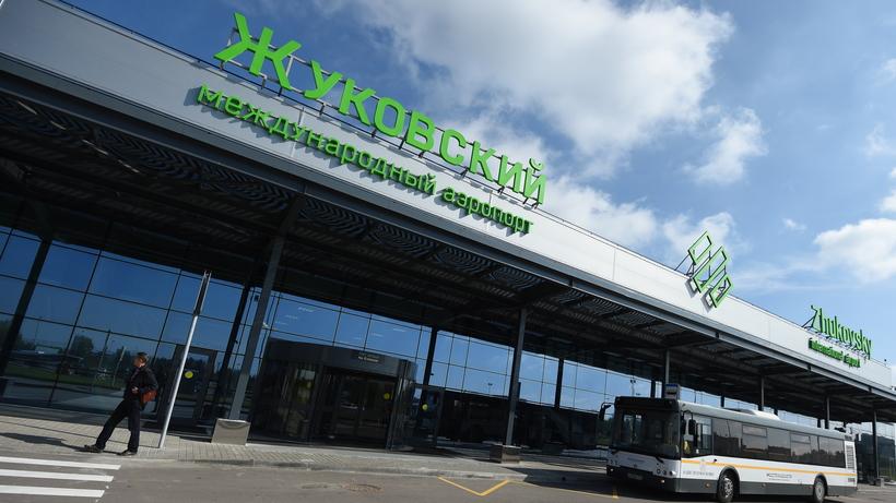 Аэропорт «Жуковский» начал рассылать багаж из севшего на поле самолета