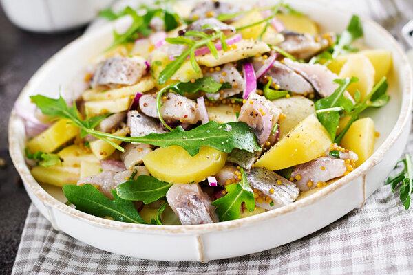 Салат из селедки, картофеля и красного лука