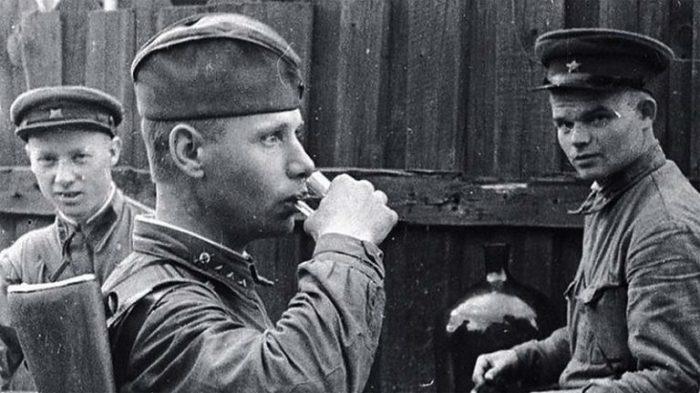 Выдачу спиртного возобновились в 1941 году. /Фото: lifeglobus.ru.