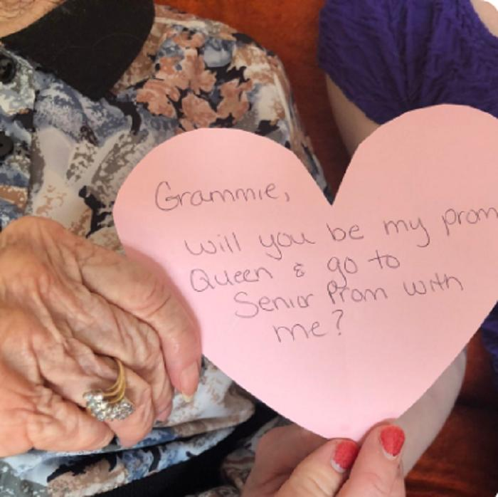 Внучка устроила своей 97-летней бабушке сюрприз, у которой никогда не было выпускного вечера