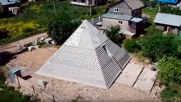 Точную копию египетских пирамид Гизы построили супруги из России на своём заднем дворе