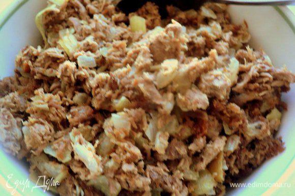 Затем добавить к луку молотое мясо и тушить все вместе 3-4 минуты. Посолить и поперчить по вкусу. Начинку охладить.