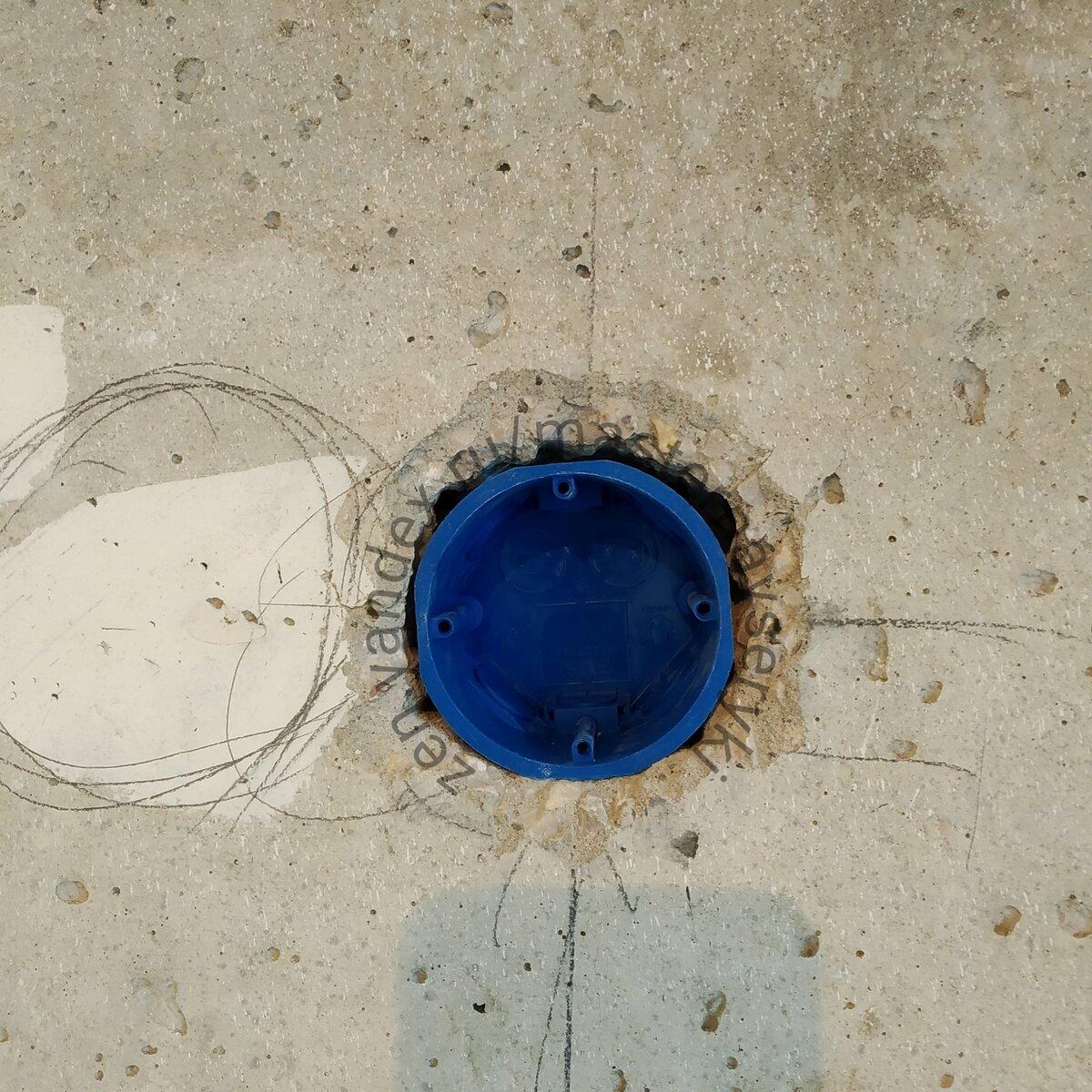 На фото подрозетник установлен в готовое отверстие в бетонной стене.